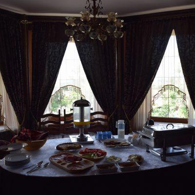 Castelul Lupilor, proche de Deva, breakfast.