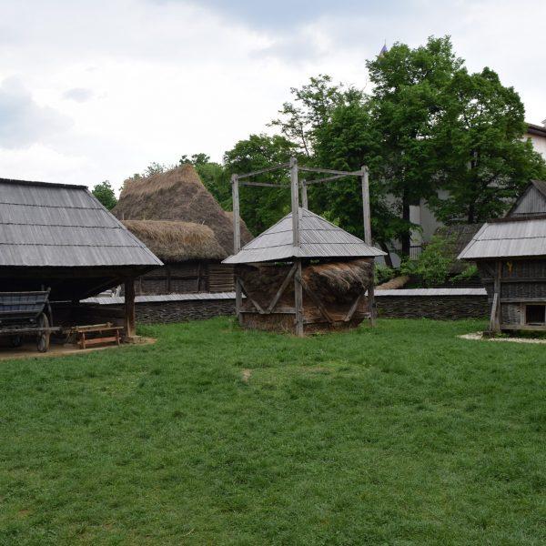 Construction secondaire à la ferme, dans le Musée du village de Bucarest