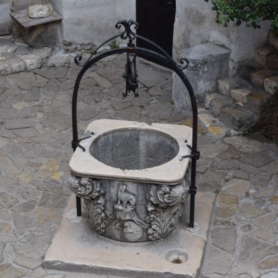 Le chateau de Bran et son puits.