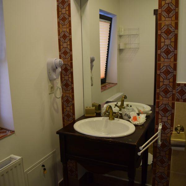 Une salle de bain au Conacul Bratescu.