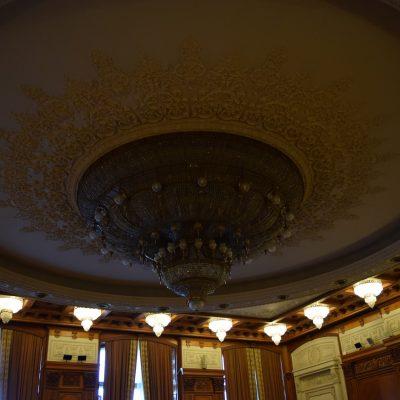 Un lustre dans le palais du Parlement
