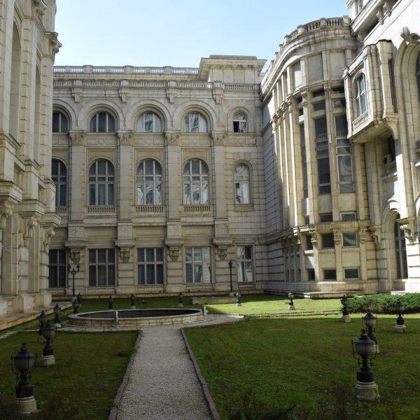 La cour interieure du Palais du Parlement