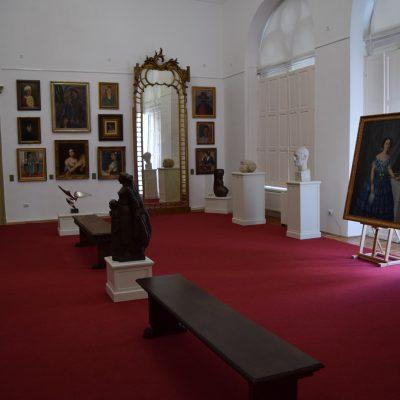 Belle gallerie d'art, au Palais Sutu.