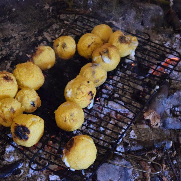 Randonnée équestre en Roumanie. Le casse croute.